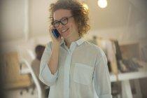 Портрет жінка розмовляємо по телефону в офісі — стокове фото