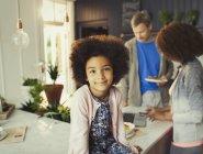 Портрет уверен девушка в кухне с родителями — стоковое фото