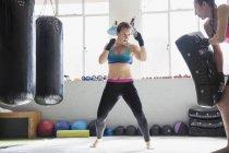 Bestimmt Boxerinnen Kickboxen im Fitness-Studio — Stockfoto