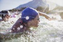 Женщины активно пловцов на океан на открытом воздухе в дневное время — стоковое фото