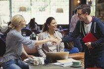 Kreative Geschäftsleute Gruß, Handshake im café — Stockfoto