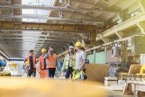 Металлургами ходить и говорить на фабрике — стоковое фото