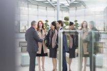Salutation des gens d'affaires, poignée de main dans le hall — Photo de stock