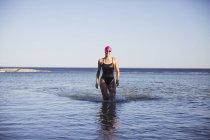 Женщины пловец, ходить в океане на открытом воздухе — стоковое фото