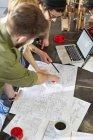 Réunion des concepteurs, examen des plans en atelier — Photo de stock