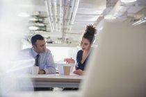 Homme d'affaires et femme d'affaires, discutant des formalités administratives en réunion de bureau — Photo de stock