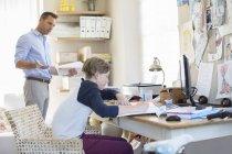 Padre che aiuta il figlio adolescente fa il suo lavoro in camera — Foto stock