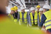 Форман, поспілкувалися з інженерами та будівельних робітників на будмайданчик — стокове фото