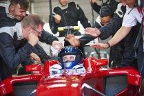Manager und Pit crew gratulieren Formel 1 Rennfahrer — Stockfoto