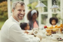 Портрет энтузиазмом отец с семьей на стол завтрак — стоковое фото