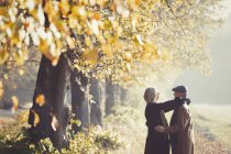 Casal afetuoso no ensolarado parque de outono — Fotografia de Stock