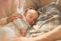 Устал спать маленький сын дремлет с отцом — стоковое фото