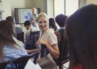 Donne d'affari sorridenti che parlano in pubblico di conferenza d'affari — Foto stock
