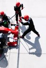 Накладні яма екіпажем з гідравлічного підйомника в піт-лейн — стокове фото