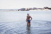 Женщины открытой воде пловец стоя — стоковое фото
