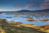Cena do lago tranquilo, Lochboisdale, South Uist, Hébridas — Fotografia de Stock