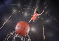 Уверенный молодой баскетболист бросает мяч и жестикулирует, празднуя — стоковое фото