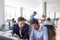 Geschäftsleute, die Arbeiten am Schreibtisch im Büro — Stockfoto