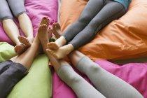 Frauen? s barfuss Verbindung auf restoratives Yoga Kissen — Stockfoto