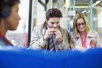 Деловые люди едят в поезде — стоковое фото