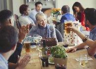 Frau Geburtstag mit Freunden am Tisch im Restaurant zu genießen — Stockfoto