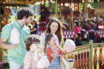 Сім'я з рожевими цукрова вата в Луна-парк — стокове фото
