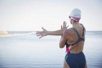 Женщины пловец, растяжения в океане на открытом воздухе — стоковое фото