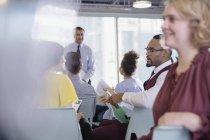 Les gens d'affaires parlent au public de la conférence — Photo de stock