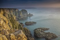 Craggy cliffs overlooking ocean, South Stack cliffs, Anglesey, Wales — Stock Photo