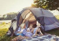 Mutter und Töchter reden und Relaxen im Zelt am Campingplatz — Stockfoto