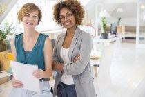 Portrait de deux employés de bureau souriants — Photo de stock