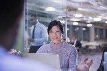 Empresária gesticulando, conversando no laptop na reunião da sala de conferências — Fotografia de Stock