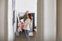 Peintres examinant la peinture dans un atelier d'art — Photo de stock