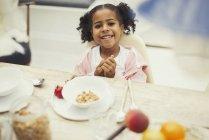 Porträt lächelndes Mädchen beim Frühstück am Tisch — Stockfoto