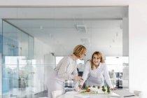 Femmes architectes discutant de modèle dans la salle de conférence — Photo de stock