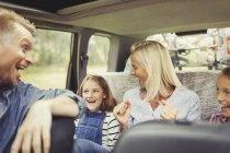 Verspielte Familie lacht und singt im Auto — Stockfoto
