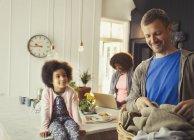Многоэтнического молодой семьи в кухне — стоковое фото