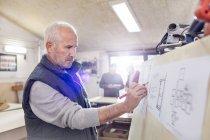 Старші чоловіки Карпентер редагування плани в майстерні — стокове фото