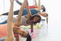 Lächelnde Frauen üben Seite Plank Übung Klasse Gym Studio — Stockfoto