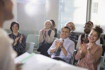 Geschäftsleute im Publikum klatschen für Konferenzredner — Stockfoto