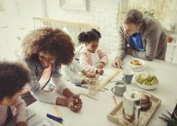 Многоэтнического молодая семья раскраски с маркерами в таблице — стоковое фото