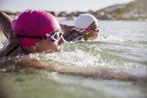 Женщины активно пловцов на океан на открытом воздухе — стоковое фото