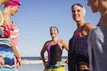 Женщины активно пловцов, стоя на океан на открытом воздухе — стоковое фото