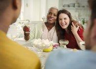 Lachende Frauen Toasten Champagner auf party — Stockfoto