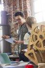 Rencontre de jeunes designers, brainstorming en atelier — Photo de stock