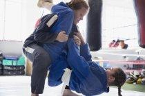 Donne intraprendenti praticando judo nella palestra — Foto stock