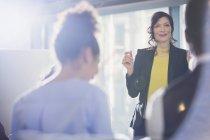 Улыбающаяся деловая женщина — стоковое фото