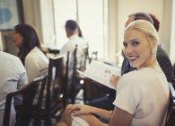Porträt zuversichtlich geschäftsfrau in Zielgruppe Business Konferenz — Stockfoto