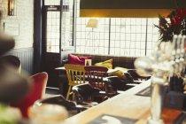 Bar e tavolo con cuscini in bar vuoto — Foto stock