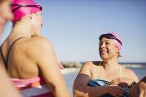 Женщины активно пловцов, улыбается океана на открытом воздухе — стоковое фото